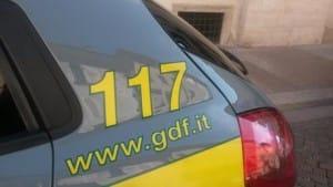 Auto della guardia di finanza in centro a Trento. Particolare con il numero di emergenza, 117, e il sito Internet, www.gdf.it