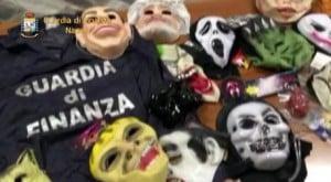 """Alcune delle maschere, provenienti dalla Cina, sequestrate dalla Guardia di Finanza a Nola (Napoli) perche' prive dei necessari certificati di conformità, 28 febbraio 2014. Nel carico di trucchi e abiti di Carnevale sequestrati, c'erano anche le maschere di Renzi, Berlusconi e Grillo. Il materiale - complessivamente oltre 13mila prezzi - era stato importato in violazione della normativa Ue da due imprenditori che sono stati denunciati per frode in commercio. Le maschere dei politici, così come quelle più """"tradizionali"""" da scheletro o vampiro, sarebbero state messe massicciamente in vendita a prezzi stracciati nei negozi del Napoletano, in vista delle feste di Carnevale. ANSA/ GUARDIA DI FINANZA   +++ HO - NO SALES, EDITORIAL USE ONLY +++"""
