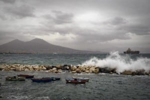 Mare mosso a Napoli e collegamenti marittimi completamente bloccati tra Napoli e le isole del Golfo, 31 gennaio 2014. ANSA / CIOR FUSCO