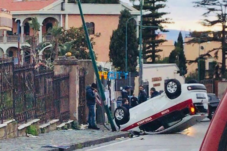 auto ribaltata via Montedoro Torre del Greco