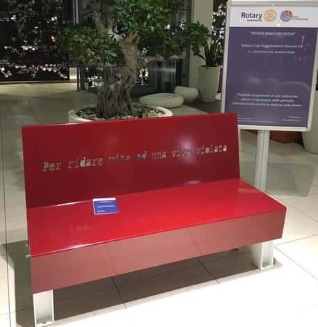 Una panchina rossa 'per ridare vita a una vita violata'