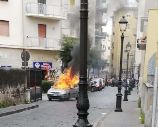 auto in fiamme via mazzini